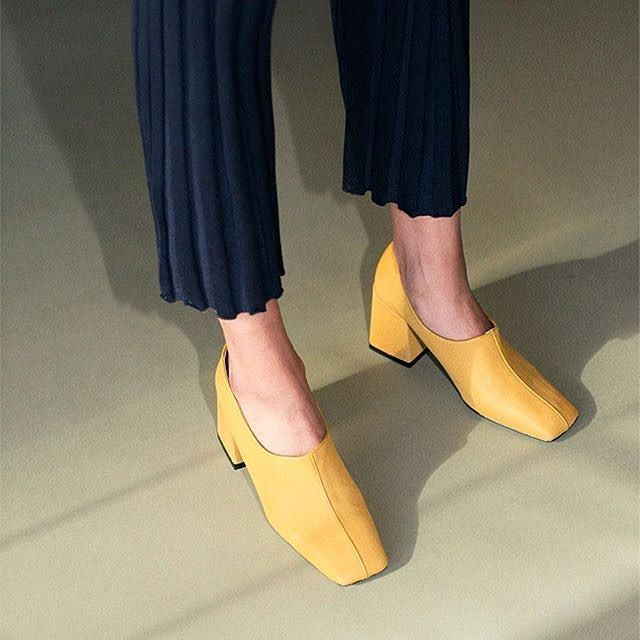いいね!4,599件、コメント29件 ― Patricia Gutiérrezさん(@maggieontherocks)のInstagramアカウント: 「@suzanneraebk mustard pumps and navy knits via @bona_drag 💛」