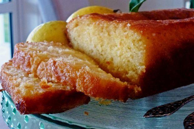 Μια συνταγή για μια εύκολη, αφράτη και πολύ νόστιμη Λεμονόπιτα με σιμιγδάλι σιροπιαστή γαρνιρισμένη με σιροπιασμένες φέτες λεμονιού. Ιδανικό επιδόρπιο για όλες τις ώρες. Υλικά συνταγής 2/3 φλ. τσαγιού σιμιγδάλι ψιλό 1 1/2 φλ. αλεύρι που φουσκώνει μόνο του κοσκινισμένο 1/2 φλ. γάλα 1 φλ. ζάχαρη άχνη 2 αυγά 125 γρ. μαργαρίνη + για βουτύρωμα