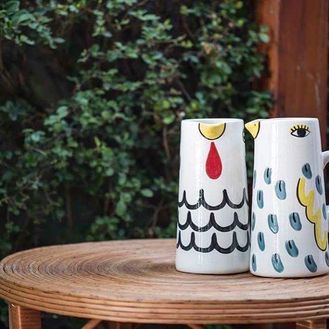 Foto robada de @terrazachic  Jarro pájaro y jarro pollo  #objetosmuk #ceramicailustrada