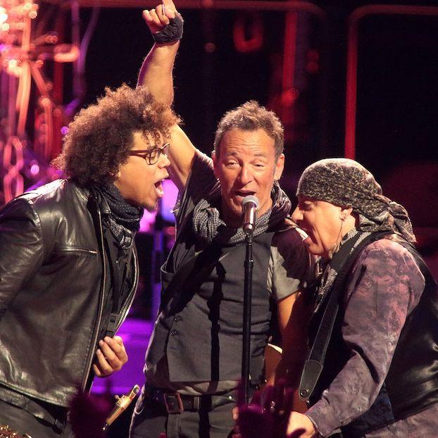 Il sassofonista Jake Clemons (36), il cantante Bruce Springsteen (66) e il chitarrista Steven Van Zandt (65) in concerto a Baltimora, Maryland
