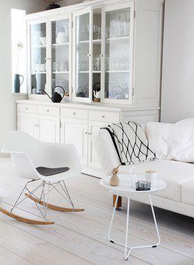 Wit geverfde houten vloer in een heel wit interieur. Rustig maar totaal niet te wit en saai!