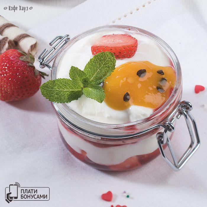 Идеальный летний десерт – легкий, с нежным творожным муссом,  клубничным пюре и сочным бисквитом – Банкейк «Клубника-маракуйя».  #кофехауз #лето  #десерт #dessert #вкусно #сладкое