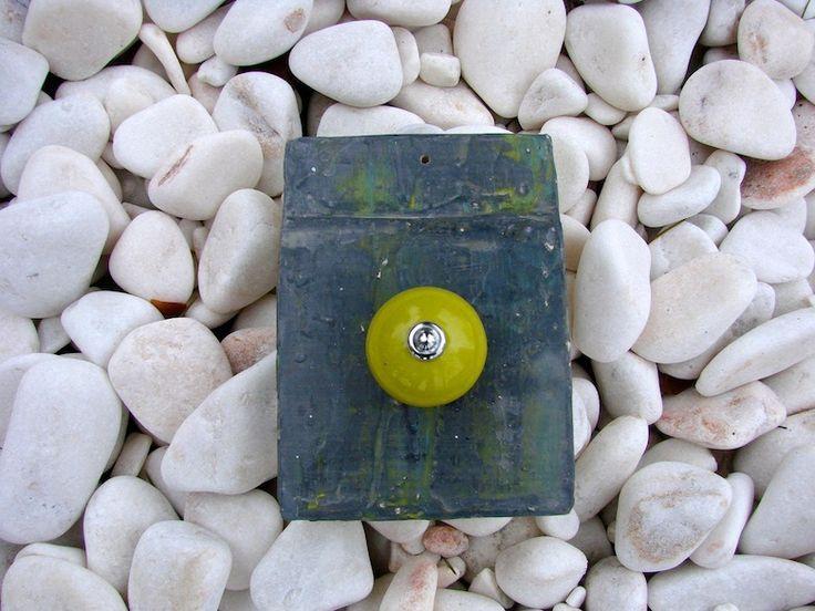 Patère originale en béton ciré gris antracite reflets vert anis - boule d'accroche en céramique : Meubles et rangements par latelierdamepatine  http://www.alittlemarket.com/meubles-et-rangements/fr_patere_originale_en_beton_cire_gris_antracite_reflets_vert_anis_boule_d_accroche_en_ceramique_-13698809.html
