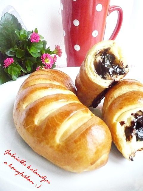 Gabriella kalandjai a konyhában :): Csokis kifli puffancs - avagy hernyó kifli? :)