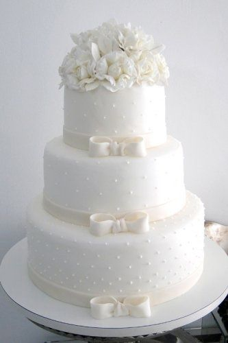 Wedding cake with bows and polka dots - My wedding ideas