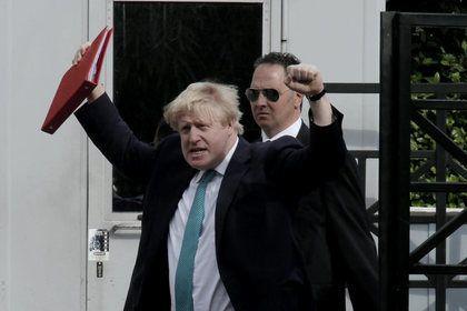 СМИ узнали о подготовленном Великобританией пакете антироссийских санкций       Великобритания подготовила пакет новых, «очень жестких» антироссийских санкций, принятия которых она намерена добиваться от партнеров по G7, об этом пишет газета The Times. По ее данным, предложения представит глава МИД Борис Джонсон. Лондон настаивает на том, что Москва должна быть наказана за поддержку Дамаска.