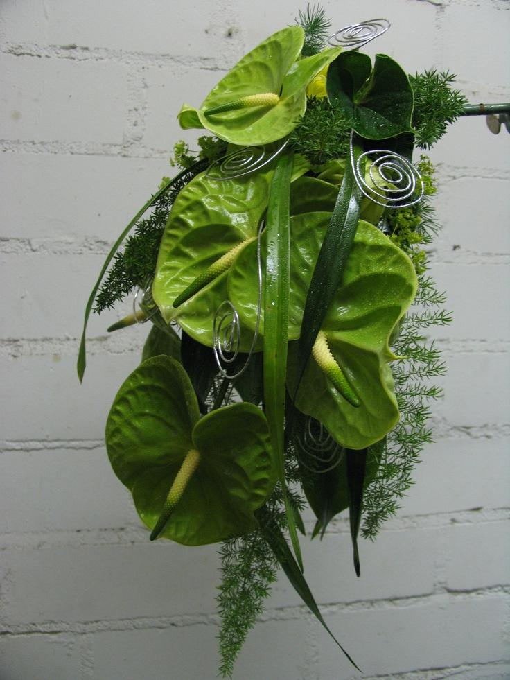 http://www.blumen-schwarz.de/floristik/hochzeitsfloristik/brautstrauss/tropfenform_und_wasserfall/brautstrauss-031_jpg.jpeg.html