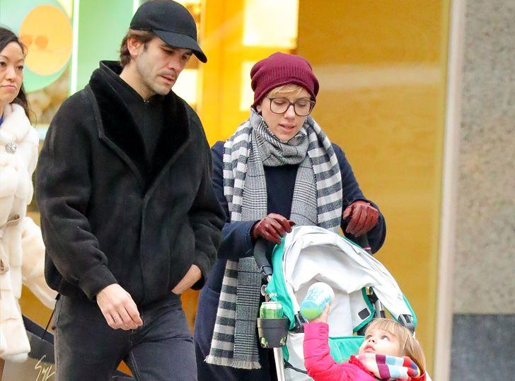 Scarlett Johansson and Romain Dauriac took their 3-year-old daughter on an XMAS shopping spree.