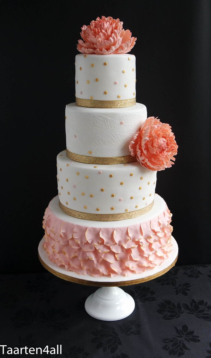 Bruidstaart wit, goud en abrikoos, met grote pioenrozen