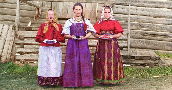 Il russo Sergey Mikhavlovich Prokudin-Gorsky (30 agosto 1863 - 27 settembre 1944) fu un pioniere della fotografia a colori, tra i primi a sperimentarla. Laureato in ingegneria chimica, si appassionò a
