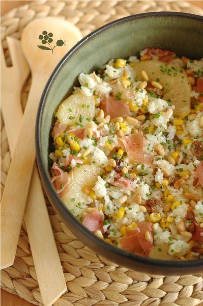 Salade de riz, maïs, ananas, pamplemousse, raisins secs, pignons et jambon de Parme