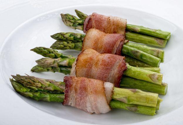 Recette d'asperges enroulées dans le bacon (facile et délicieux)