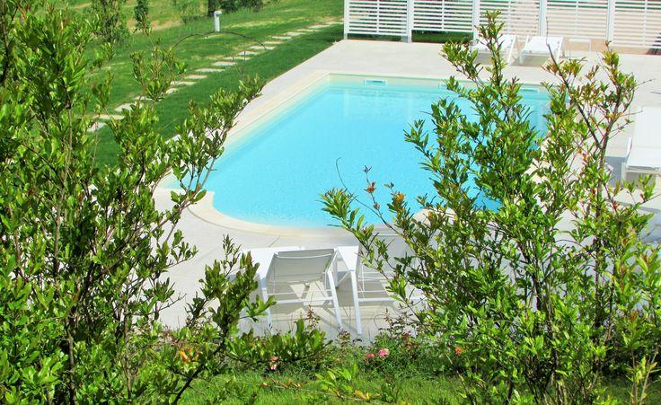La nostra piscina esterna immersa nel verde