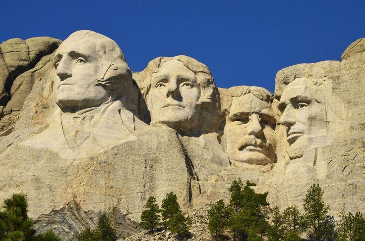 Mémorial national du Mont Rushmore, situé près de la ville de Rapid City, Dakota du Sud, États-Unis.  De gauche à droite : effigies des présidents George Washington, Thomas Jefferson, Theodore Roosevelt et Abraham Lincoln. Wikipédia