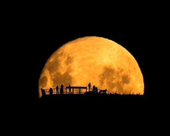 Asomados a la Luna