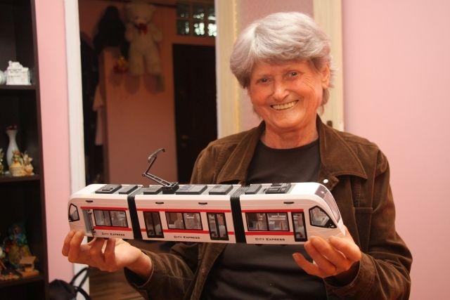 Mai mult de 30 de ani, ea, o femeie, a condus tramvaiul pe străzile Bucureștiului. Botea Vasilica face parte din categora oamenilor simpli, multumiți de viața lor și de lumea în care trăiesc.