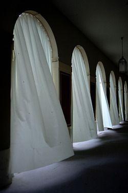 1000 id es propos de rideaux de fen tre en arc sur for Habillage fenetre baie window