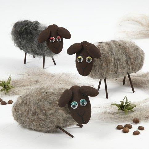 Schapen gemaakt van styropor UFOs bedekt met wol Voor alle benodigdheden, kijk even bij De Crea Shop. Deze schapen zijn gemaakt van bruin geverfde styropor UFOs in verschillende maten. Wol is door ...