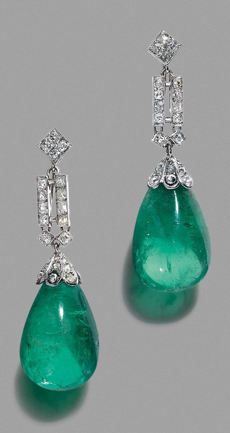 A PAIR OF ART DECO PLATINUM, GOLD, DIAMOND AND EMERALD EARRINGS, FRENCH, CIRCA 1