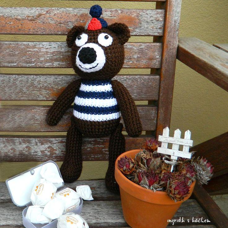 Velký pan Medvěd - co si rád hraje - Háčkovaný medvídek s čepicí z akrylové příze plněný dutým vláknem. Vyroben dle vlastního návodu i návrhu.  Pan Medvěd od Kolína si velmi rád hraje a je tlustý na tři prsty.  Je vhodný jako hračka pro… | vavavu