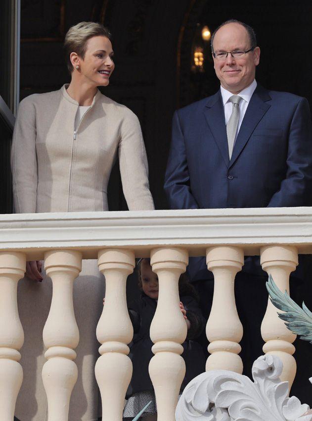 La princesa Charlene siempre atenta a su marido, el príncipe Alberto, y a sus mellizos en este segundo día de festejos de Santa Devota. En la imagen, los Príncipes junto a la princesa Gabriella tras los barrotes del balcón de Palacio.