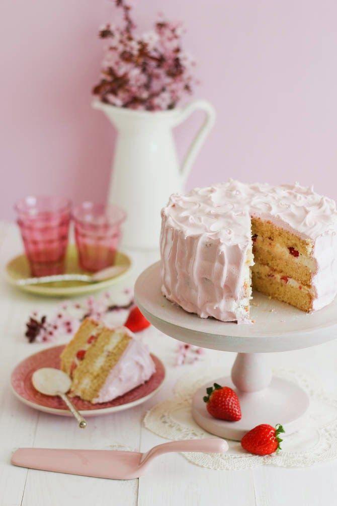Con aroma de vainilla: Tarta de fresas, nata y merengue