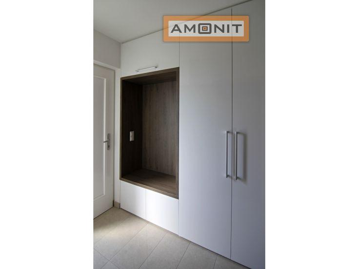 Pantová šatní skříň do chodby s praktickým prostorem na zavěšení kabátů, odkládání kabelek... www.amonit.cz