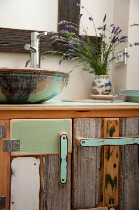 Mobili da #bagno creati con vecchie casse di vino, specchi incorniciati da persiane in disuso. #Ceramiche di Robert Cross e arredi di Alessandro Mora www.alessandromora.com #shareyourbathroom