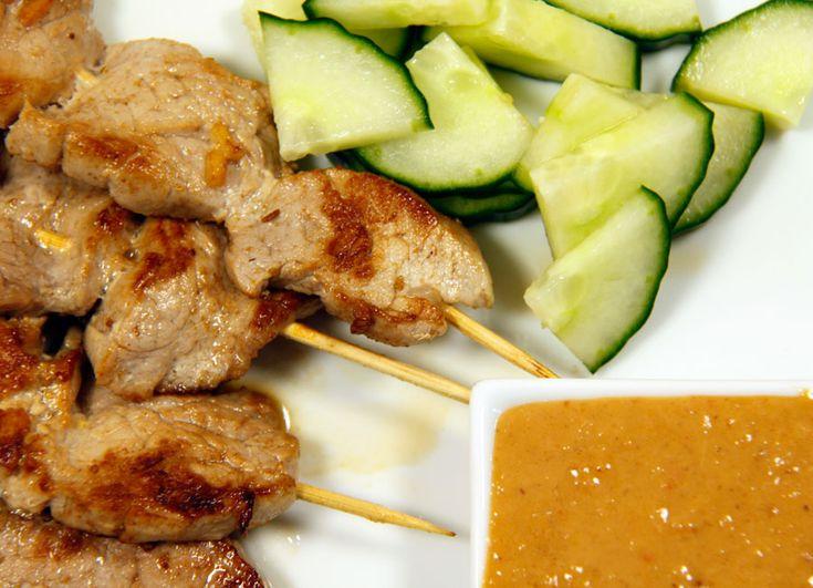 Ein Klassiker der indonesischen Küche: Sate-Spieße mit Erdnusssoße.