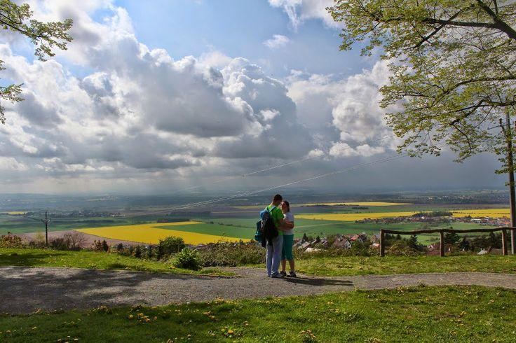 zamilovaný pár na vyhlídce na Svatém Kopeču (enamoured couple on the vantage point on the Holy Hillock)