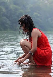 Red girl playing water - HD WALLPAPERS