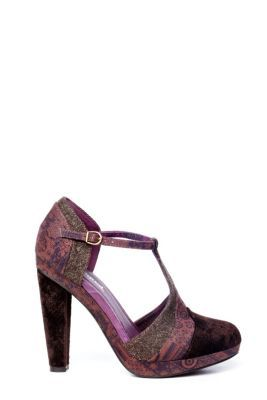 Manila Desigual women's  pumps. These purple pumps have high heels and a buckle. The perfect sexy shoe for special nights.