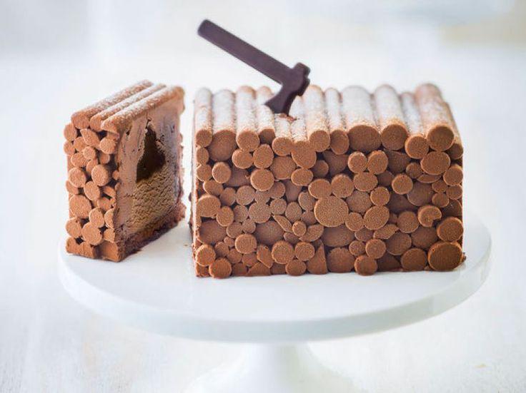 Pour se prendre pour un bûcheron à Noël, Picard propose cette bûche ludique qui devrait plaire aux petits comme aux grands : meringue au cacao, crème glacée au chocolat noir, crème au caramel et chocolat, biscuit et copeaux de chocolat.