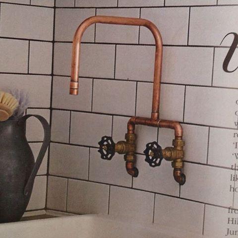 Alguns gastam uma fortuna em uma torneira  sofisticada, outros se contentam com cano de cobre aparente! Sou só eu que acho muito mais bonito assim? {Imagem não autoral} #inspiração #supraciclagem #upcycling