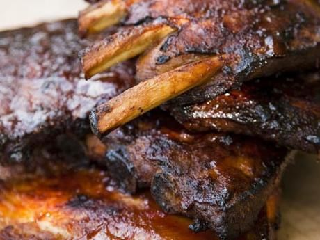 Sticky spare ribs med whiskybarbecuesås