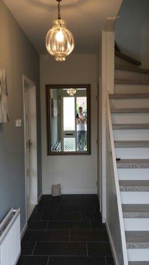 Gang bijna klaar traprenovatie venetiaanse lamp spiegel licht blauwe muur witte plinten - Lichtgrijze gang ...