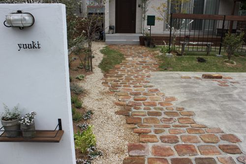 画像 : DIY レンガで作る!庭のアプローチ デザイン・画像集まとめ(敷き方・積み方・アンティークレンガ) - NAVER まとめ