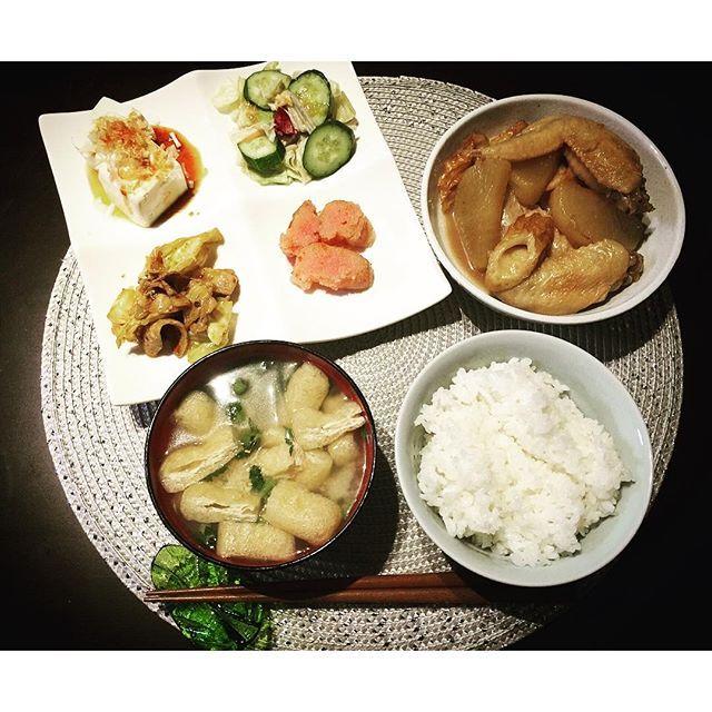 3103_sss*ばんごはんシリーズ*  今日の夕飯❤︎ メインは#手羽先と大根の煮物 余ってた ちくわ入り。 他は冷蔵庫整理の適当おかず☻  #ばんごはん#よるごはん#japanesefood#和食#おうちごはん#冷蔵庫整理#煮物#コラーゲン摂取#味噌汁もりもり#ゆめぴりか#大根の葉は味噌汁に#回鍋肉#冷奴#明太子#ゴボウサラダ