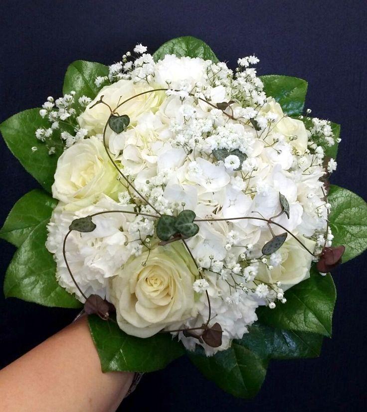 Hääkimppu: ruusu, hortensia, neilikka, harsokukka