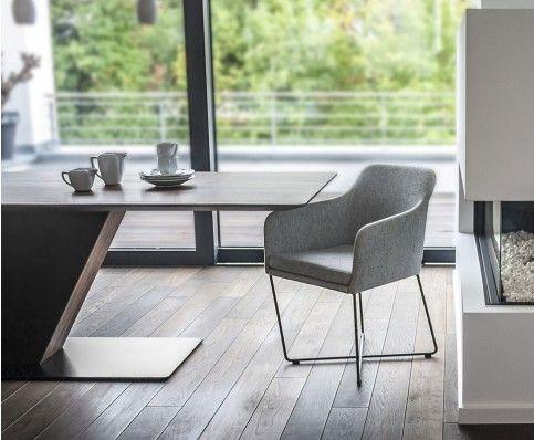Das neue Modell YOUMA lädt zu ausgedehnten Abenden am Esstisch ein. Aber auch in Hotel-Lobbys und edlen Restaurants macht das formschöne Sitzmöbel eine gute Figur. YOUMA ist in 3 markanten Gestellvarianten erhältlich.