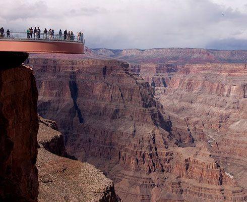 Vrei sa vezi cum arata Marele Canion de la inaltime? Te invit la o plimbare pe Grand Canyon Skywalk!
