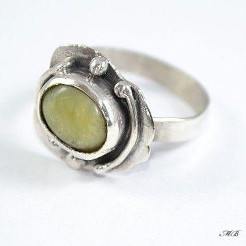 Żółty opal został oprawiony w srebro pr. 925, przyciemnione oksydą.