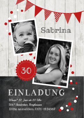 Trendy Geburtstagseinladung als Fotokarte in Holz-Look mit Schultafel und Girlande in Rot (30. Geburtstag)