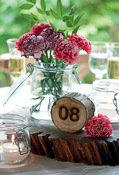 Aqui, o número da mesa foi marcado a laser num tronco. É uma opção diferente e rústica para a festa de casamento