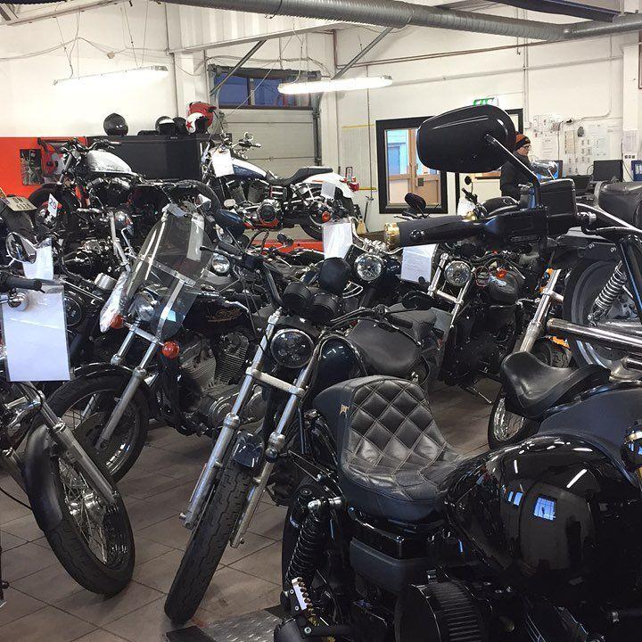 Push bikes before we can start working.... #norway #winter #winterstorage #cold #hd #harleydavidson #harley #hdmechanic #harleymechanic #mechanic #fxdx #dynamitecrew #dynalife #hd_hooligans #fxdls #oslo