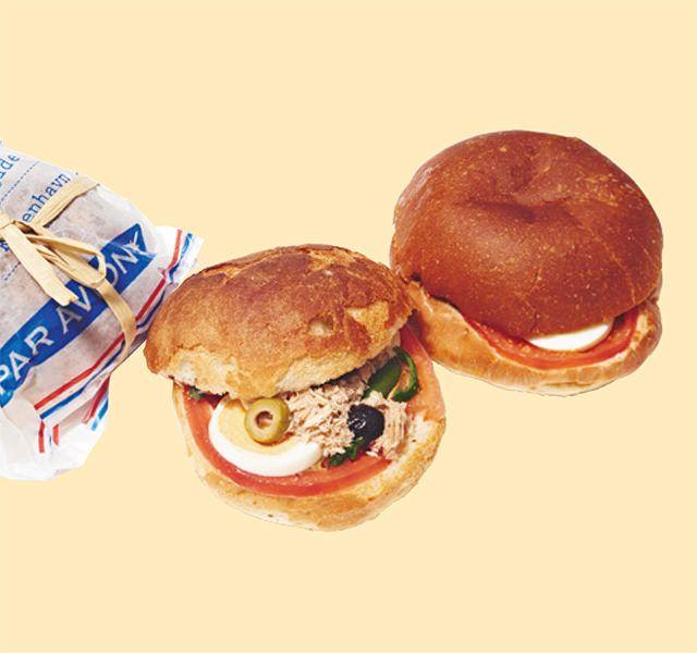 フランスウイーク 2017 伊勢丹新宿店〈ジャン・キルシャー〉のパンに、ジャン・デリ二オン氏によるニース風サラダをサンド。具の旨みがパンにしみこんでしっとり。    〈ジャン・キルシャー〉  ニース風パン・バーニャ 720円(