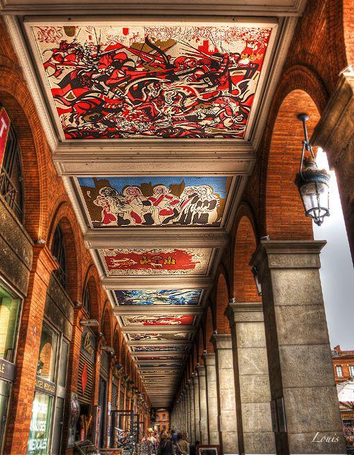 Sous les arcades Place du Capitole Toulouse, Peintures de Raymond Moretti. Photo Louis Rafenomanjato.