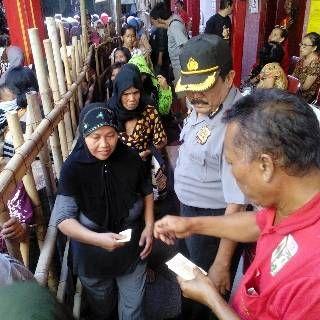 Koran Online Pekalongan Dan Sekitarnya: Ribuan Warga Pekalongan Antri Beras