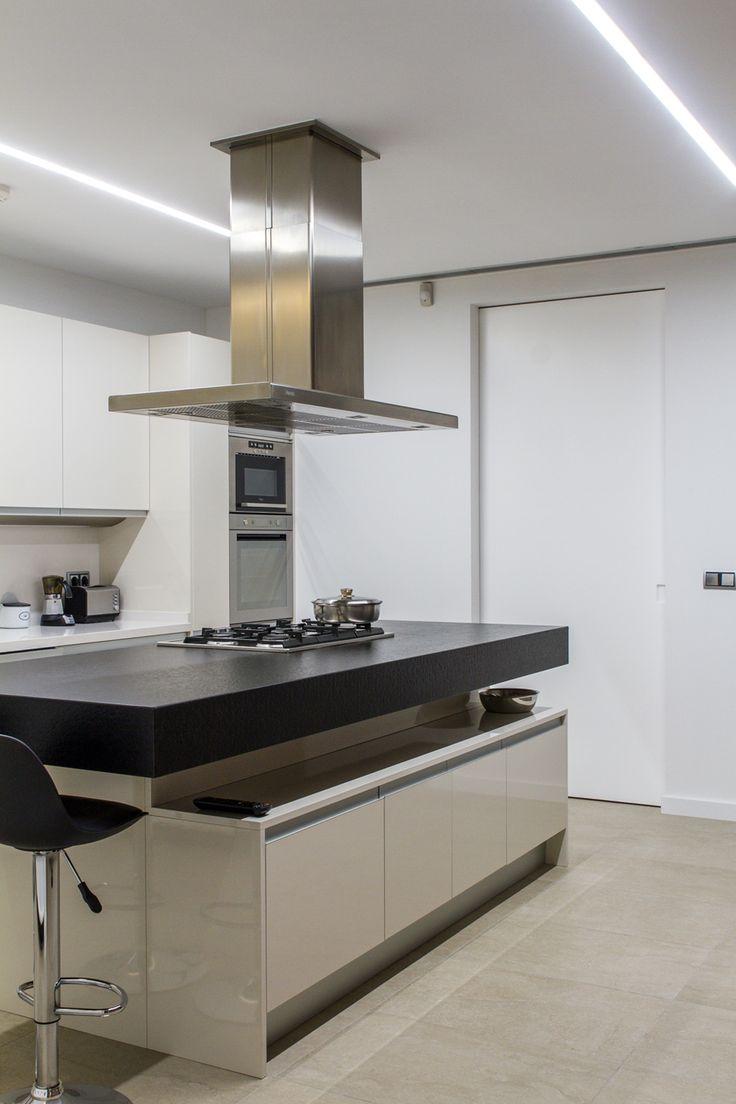 Detalle de iluminación de la cocina, con tiras de leds. Iluminación minimalista muy efectiva