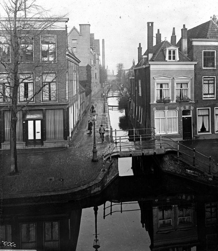 Middelste Gracht gezien vanaf de Hogewoerd. Op de voorgrond de Sint Annabrug, daarachter de Duivelshoornbrug en de Huibertsbrug bij de Groenesteeg. Op de achtergrond conservenfabriek Tieleman en Dros. Links de achterzijde van het Elisabeth Ziekenhuis (1932).